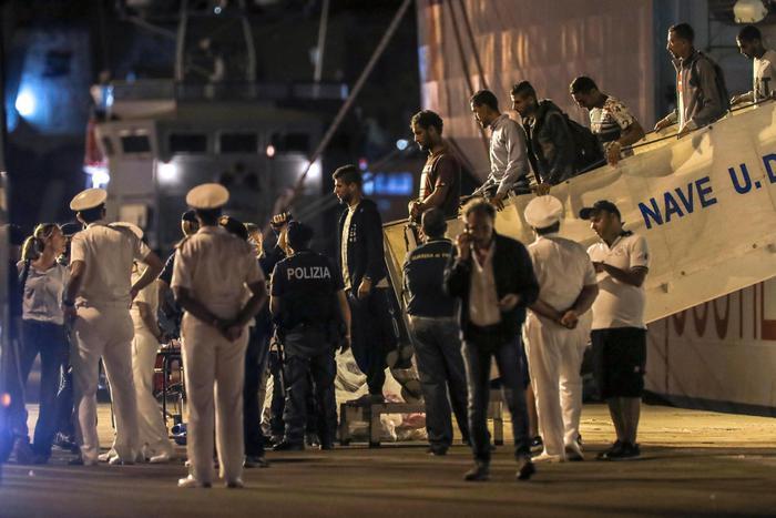 Interrogatori per i 67 migranti sbarcati a Trapani